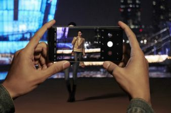 Samsung Smartphone Costs Rise on New Camera, TechInsights Says
